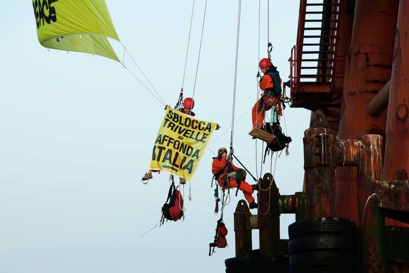 Una manifestazione di Greenpeace contro le trivellazioni selvagge
