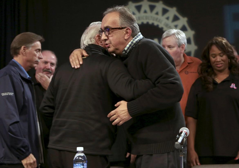 Sergio Marchionne abbraccia Dennis Williams, presidente del sindacato Uaw, dopo l'accordo che poi ieri è stato bocciato