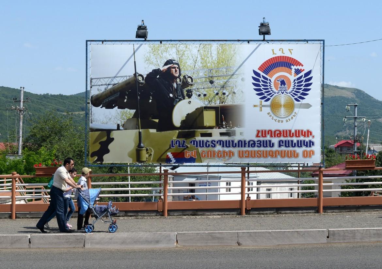 Stepanakert, orgoglio militare  e bellicismo  su un cartello  nel centro  della città