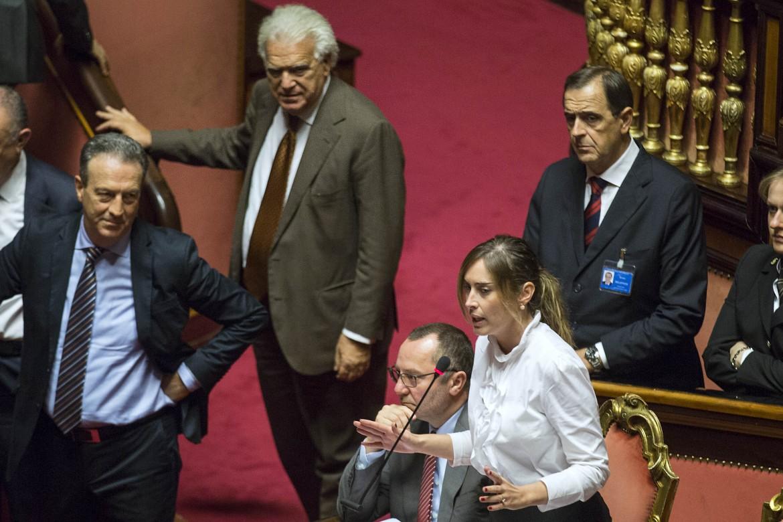 Il senatore Verdini e la ministra Boschi ieri durante le votazioni in senato