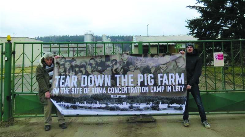 Lety, la protesta rom davanti all'ingresso dell'allevamento di maiali