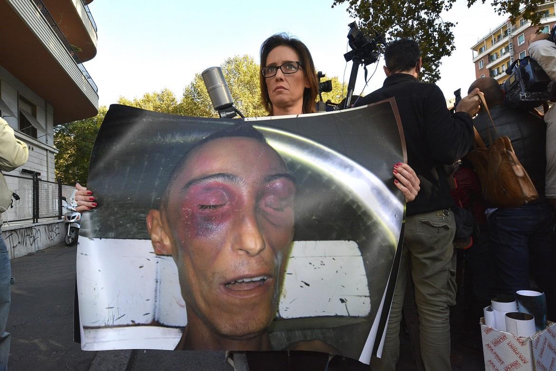 Ilaria Cucchi mostra la foto del cadavere di suo fratello, Stefano