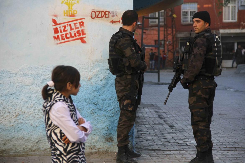 Poliziotti a un seggio elettorale a Diyarbakir, 1 novembre 2015