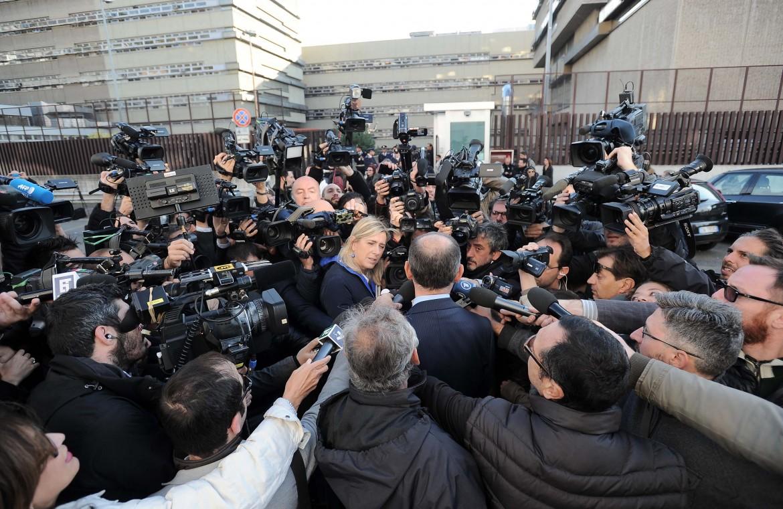 Avvocati assediati dai giornalisti nella prima udienza del processo Mafia capitale