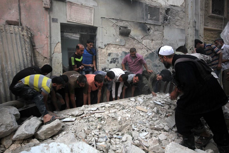 Residenti di Aleppo dopo un bombardamento