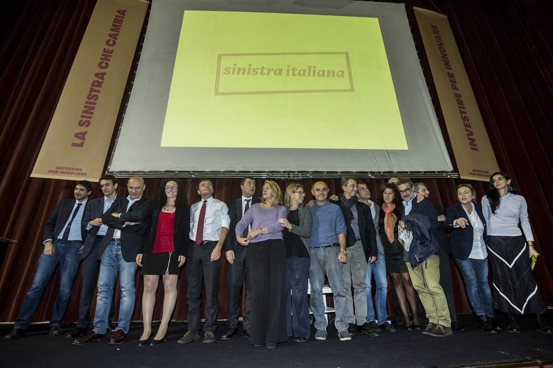 I deputati e i senatori del nuovo gruppo Sinistra italiana, ieri sul palco del teatro Quirino