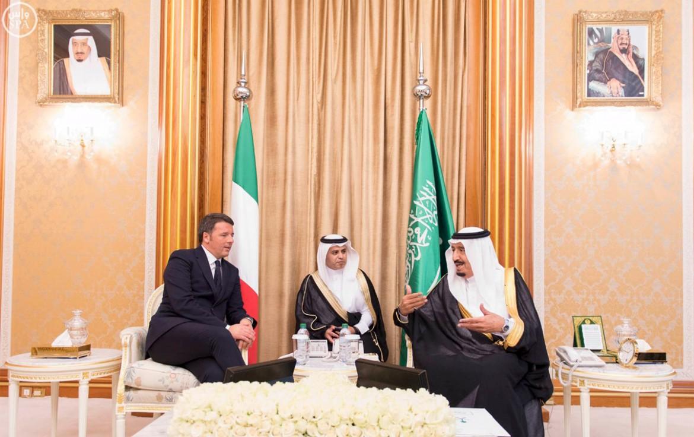 Il re dell'Arabia saudita Salman bin Abdulaziz con Matteo Renzi lo scorso 9 novembre a Riyadh