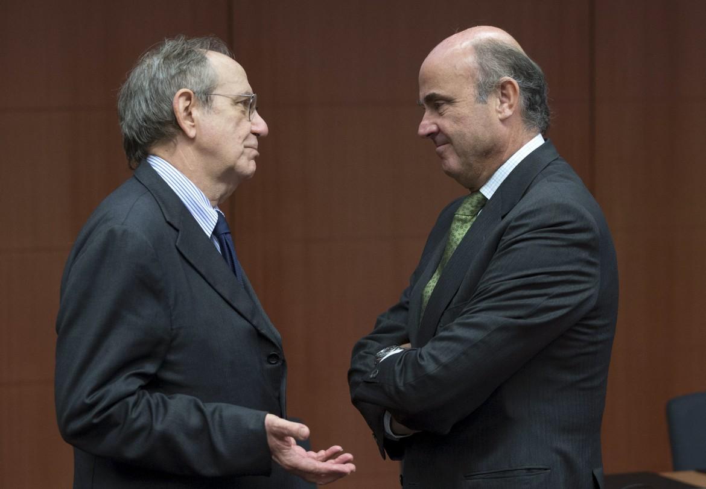 Bruxelles. I ministri dell'Economia italiano e spagnolo, Pier Carlo Padoan e Luis de Guindos, ieri all'Eurogruppo