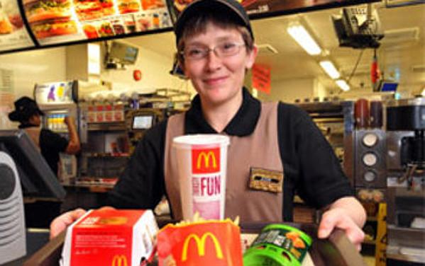 Una lavoratrice di McDonald's