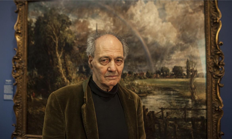 Una fotografia di Frank Auerbach dinanzi a un quadro di uno dei suoi artisti preferiti, John Constable