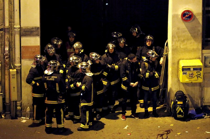 Pompieri francesi fuori dal teatro Bataclan durante il raid delle teste di cuoio