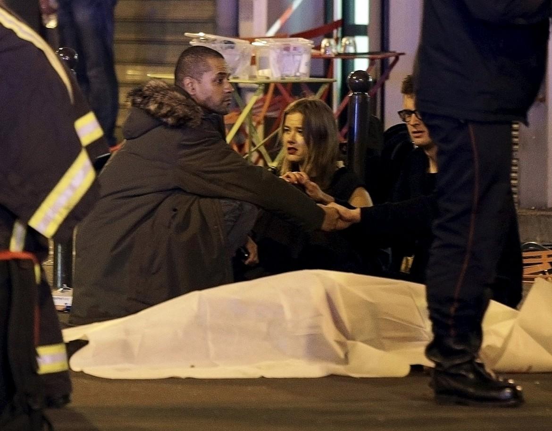 Personale sanitario e vittime fuori dal ristorante di Parigi