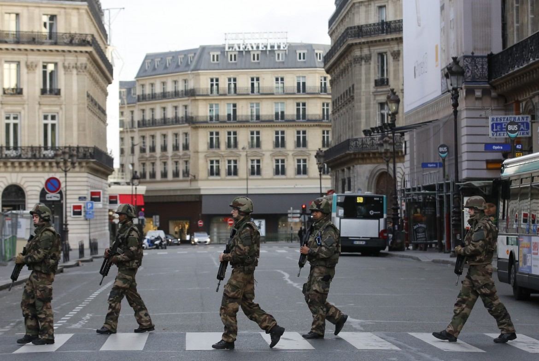 Soldati in strada a Parigi