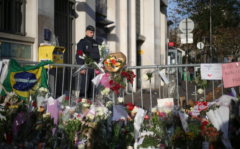 Fiori su uno dei luoghi degli attacchi a Parigi