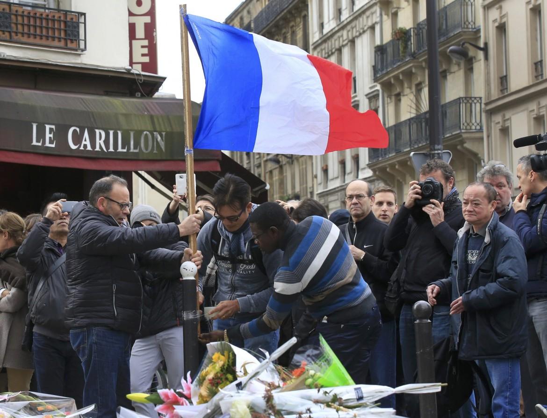 Ieri alle 12 il minuto di silenzio per le vittime dell'attacco, da Notre Dame al ristorante le Carillon, nella foto