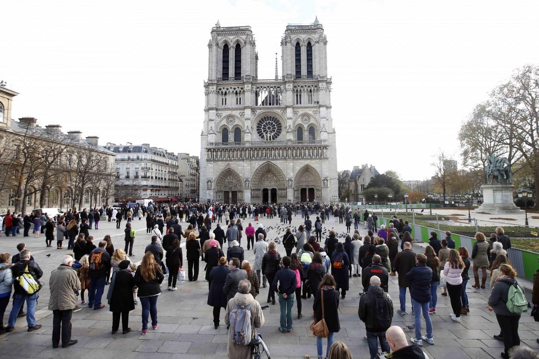 Il minuto di silenzio ieri davanti a Notre Dame