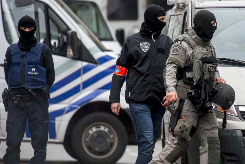 Forze di sicurezza nel quartiere di Molenbeek a Bruxelles