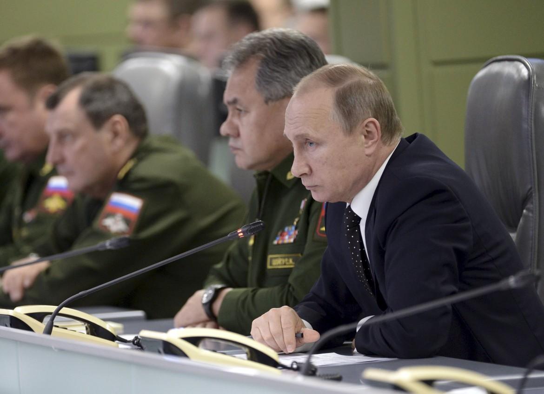 Putin in riunione con i militari