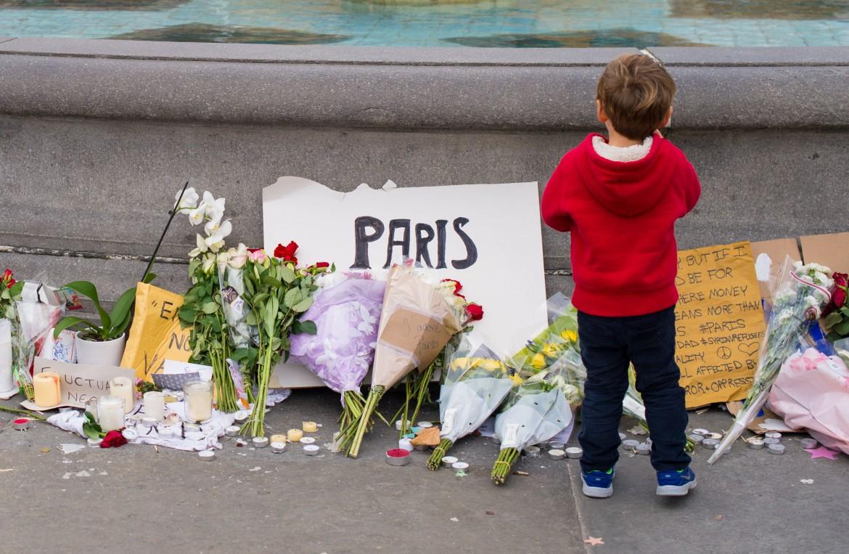 Bambini a Parigi commemorano le vittime