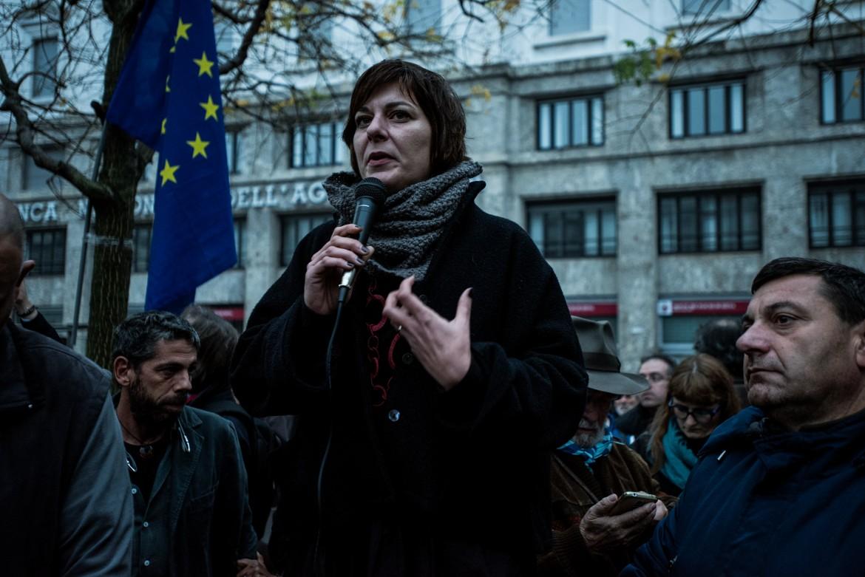 Cecilia Strada al presidio in Piazza Fontana a Milano dopo gli attentati di Parigi del 14 Novembre
