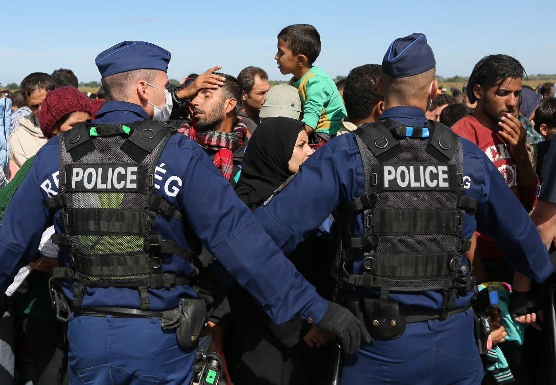 La polizia ungherese blocca migranti al confine