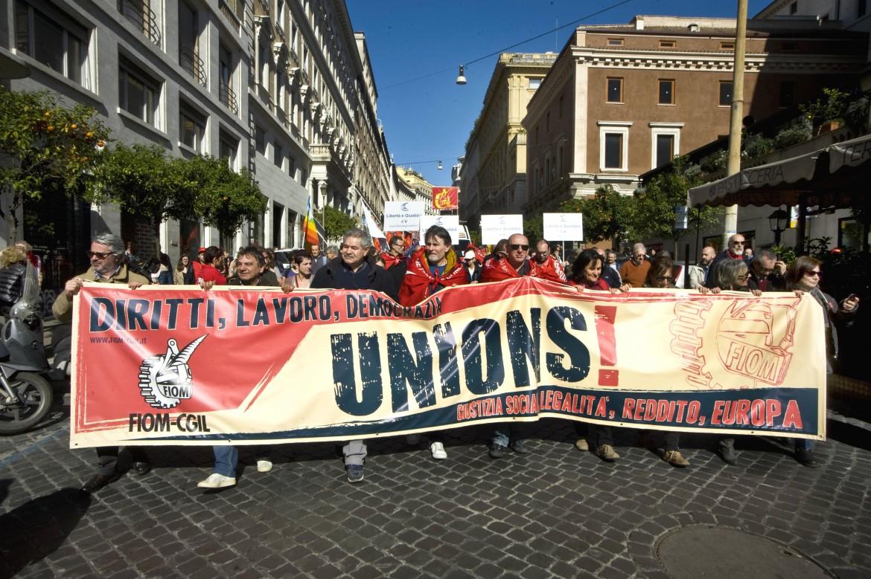 La Coalizione sociale in piazza. Sotto, all'interno dell'articolo, il segretario della Fiom Maurizio Landini nella redazione del manifesto