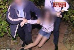 Frame del prelevamento forzato da parte delle forze dell'ordine di quattro sorelle dall'Australia per essere rimpatriate in Italia nel 2014 per una sentenza a seguito di un affidamento è conteso tra madre australiana e padre italiano.