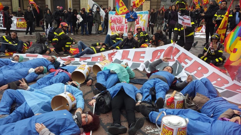 Milano, flash mob Usb contro la legge di stabilità