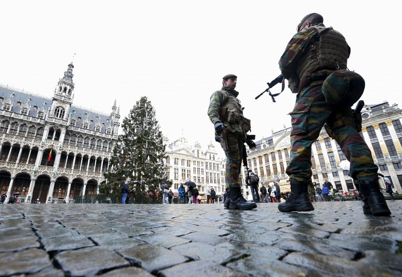 Poliziotti sulla Grand Place di Bruxelles