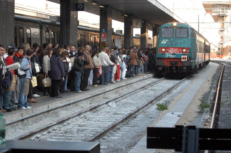 Folla di pendolari in attesa del treno