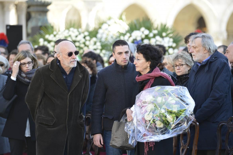La famiglia di Valeria Solesin. Sullo sfondo, Gino Strada di Emergency