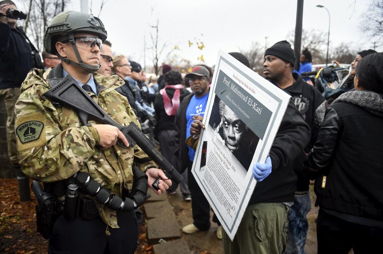 Una protesta a Minneapolis dopo l'omicidio da parte della polizia del 24enne afroamericano, disarmato, Jamar Clark