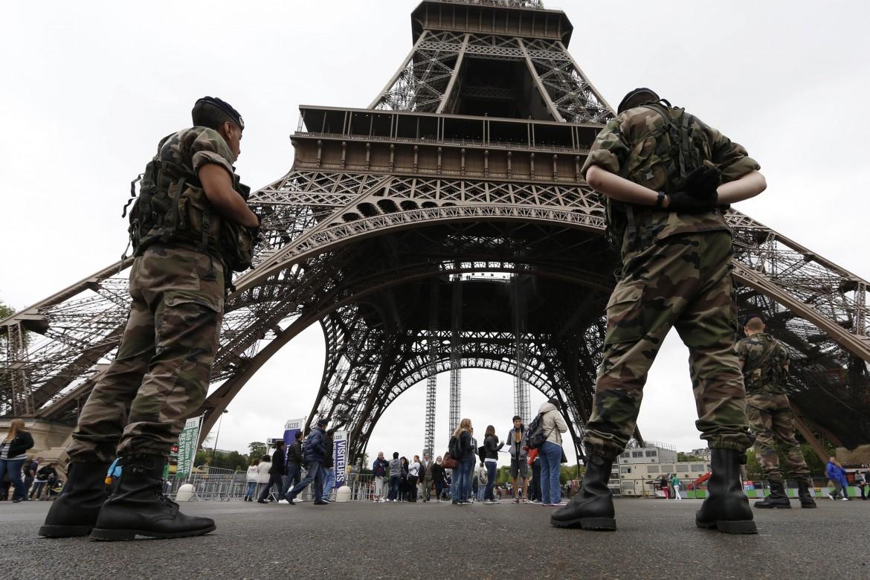 Soldati di guardia sotto alla Tour Eiffel