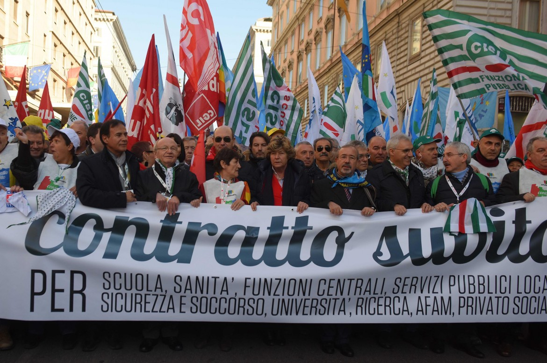 Lo striscione di apertura del corteo del pubblico impiego, ieri lungo le vie di Roma