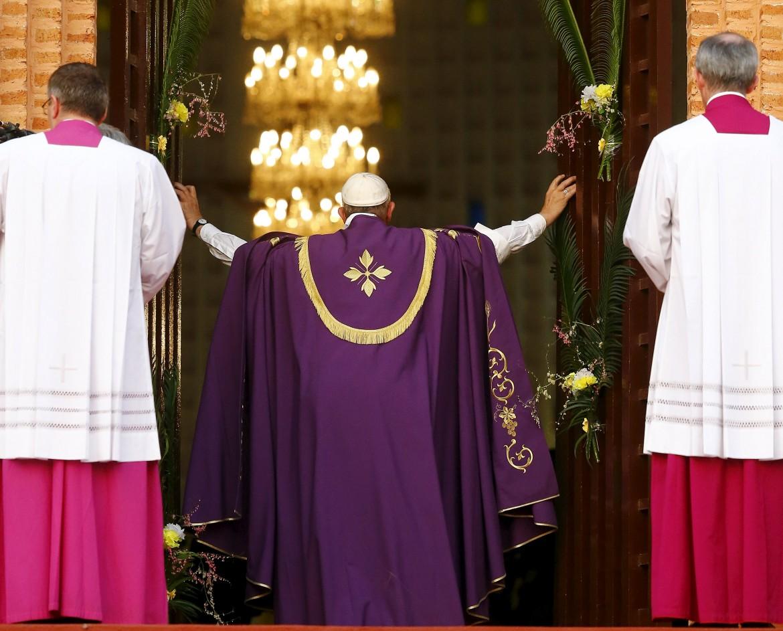 Papa Francesco apre la porta santa della cattedrale di Bangui, la prima per il giubileo straordinario