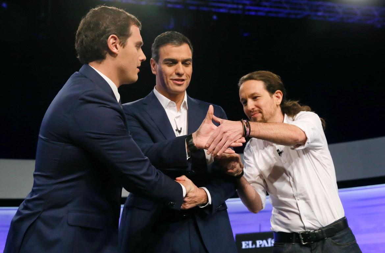 Pedro Sanchez al centro (Psoe), Albert Rivera di Ciudadanos a sinistra e Pablo Iglesias (Podemos) a destra prima del dibattito nella redazione del Pais