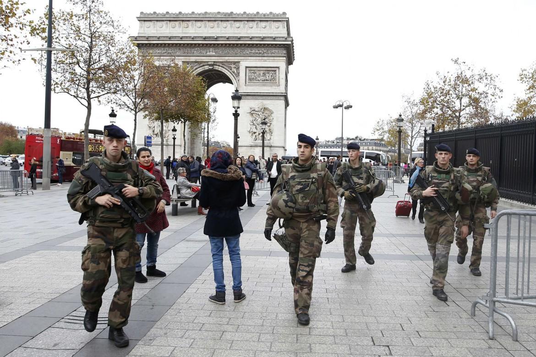 Militari presidiano Parigi