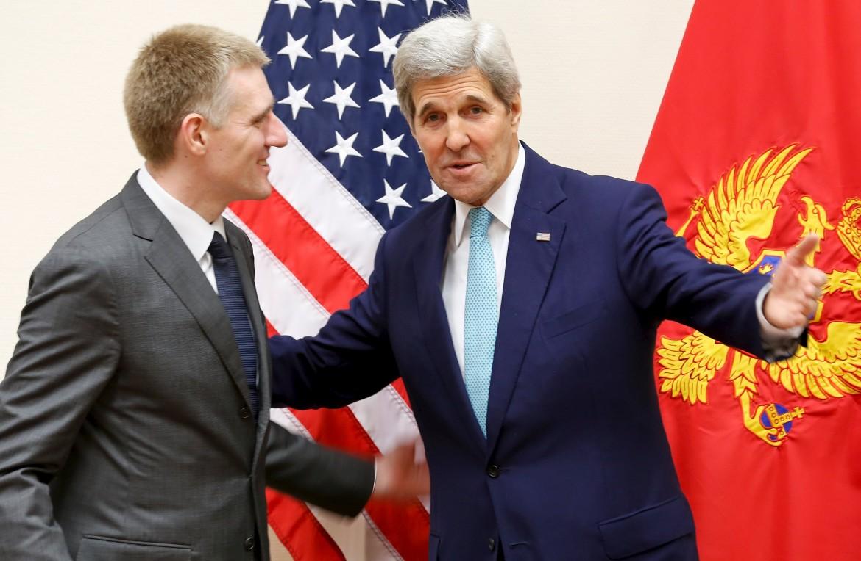 Il ministro degli Esteri montenegrino Igor Luksic e John Kerry al quartier generale Nato di Bruxelles