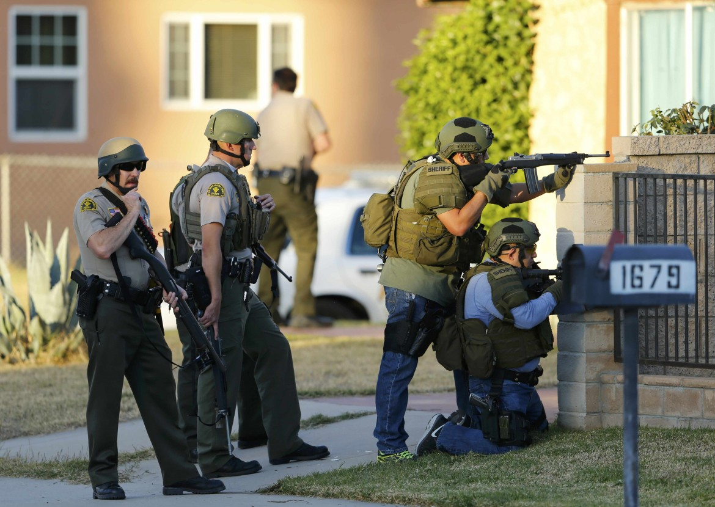 La polizia a San Bernardino durante il blitz