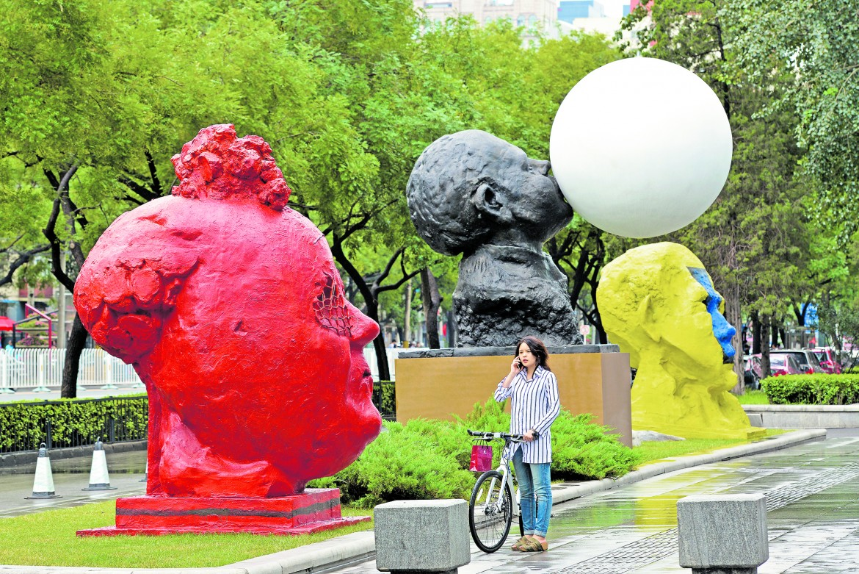 Le tre monumentali teste in scultura realizzate recentemente dall'artista a Pechino