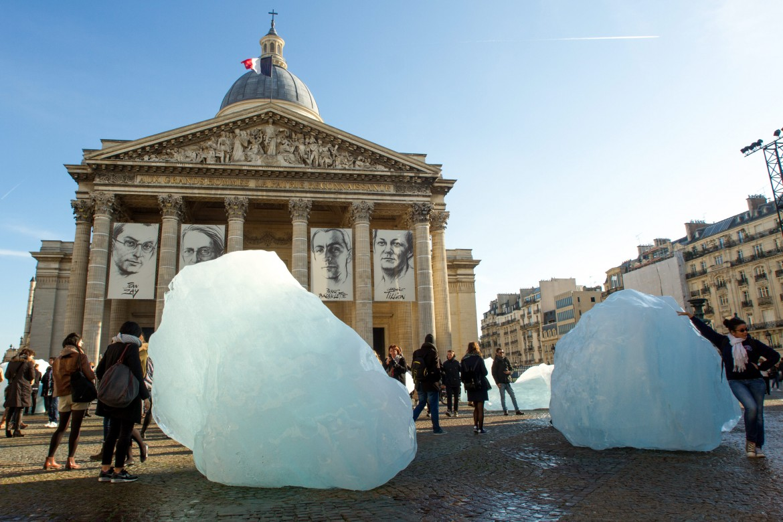 «Ice watch», l'opera degli artisti Olafur Eliasson e Minik Rosing in place du Pantheon a Parigi