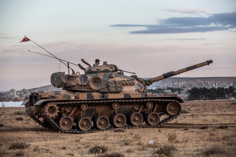 Carro armato turco al confine con la Siria