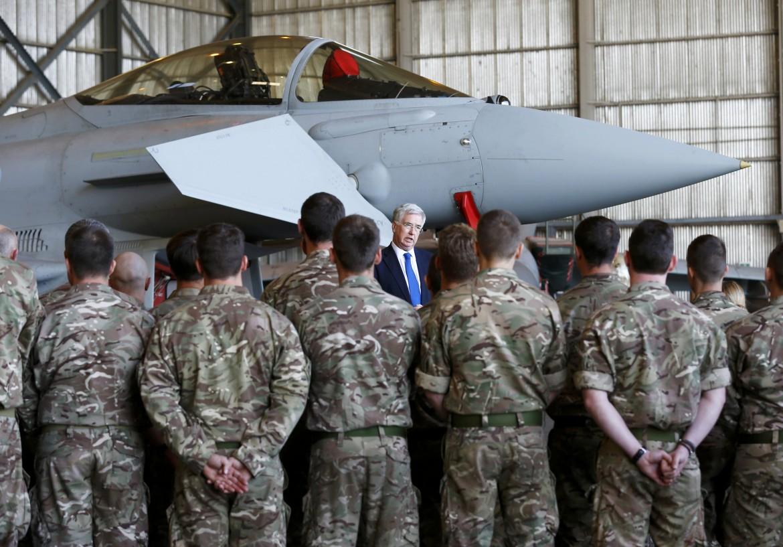 Il segretario di stato alla Difesa britannico Michael Fallon tra i piloti della Raf nella base di Cipro