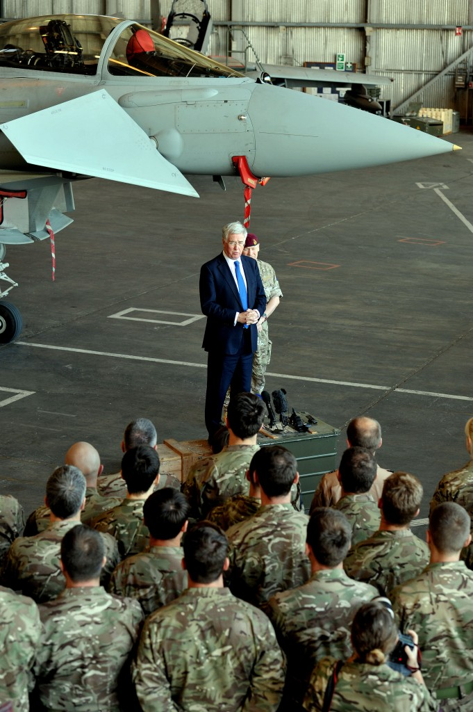 Il segretario alla Difesa britannico Fallon nella base aerea di Cipro