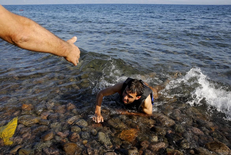 Un rifugiato siriano arriva sulla spiaggia di Lesbo il 17 settembre 2015