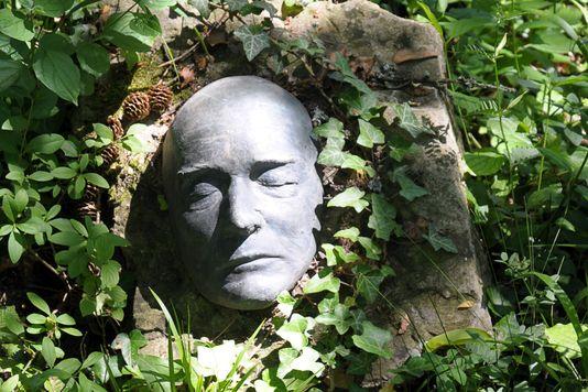 Una statua che raffigura il volto di Robert Musil