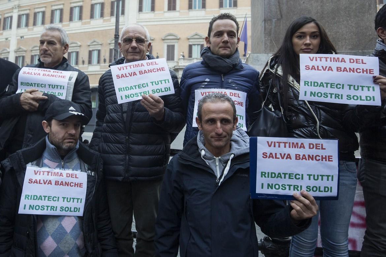 Obbligazionisti di Banca Etruria protestano in piazza Montecitorio