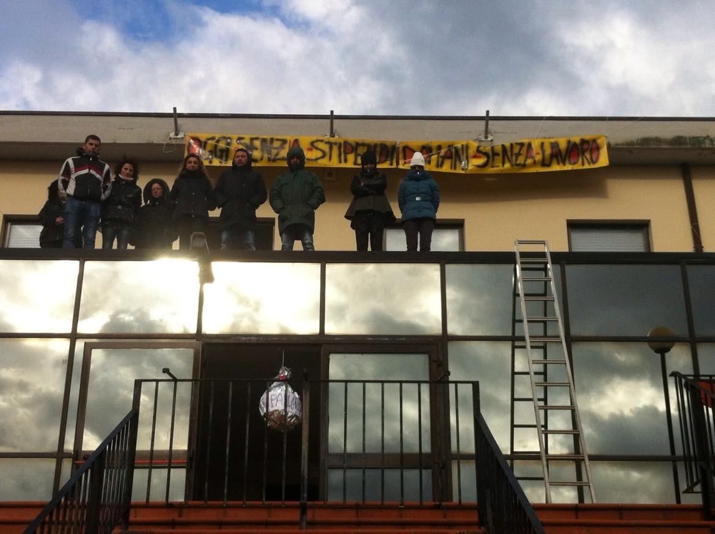 La protesta dei  ricercatori della Cotir, a Vasto: sul tetto del centro di studi sull'ambiente e l'agricoltura