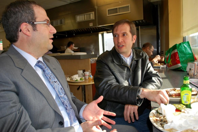 Domenick Stampone mentre parla con un elettore