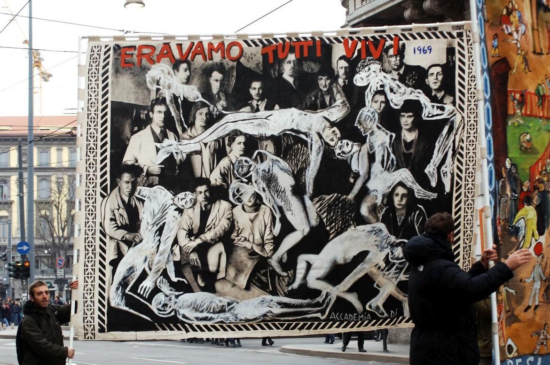 Uno degli arazzi realizzati dalle Accademie Artistiche Italiane con l'intervento diDario Fo portato in corteo a Milano nel 2005